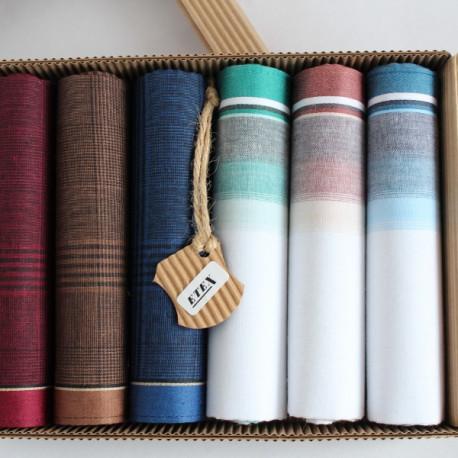 Pánské bavlněné kapesníky s kostkou - Pánské bavlněné kapesníky - výhodná sada 6 kusů - Bavlněné pánské kapesníky v praktické ekologické krabičce v sadě po šesti kusech. V balení najdete tři kusy bavlněných bílých kapesníků, které jsou vkusně zdobené barevnými proužky a tři kapesníky tmavší barvy s dekorem bílých proužků.