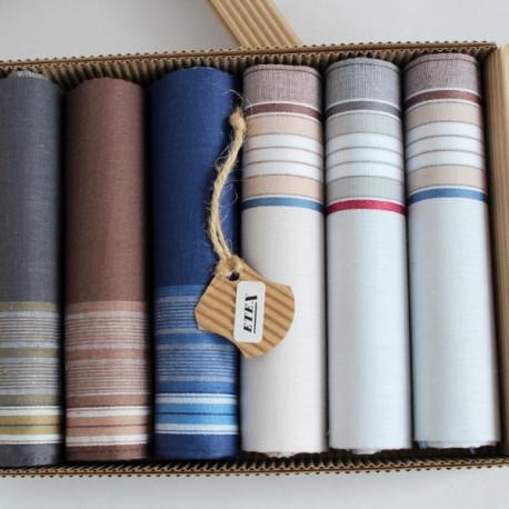 Pánské bavlněné kapesníky s proužky - Pánské bavlněné kapesníky - výhodná sada 6 kusů - Bavlněné pánské kapesníky v praktické ekologické krabičce v sadě po šesti kusech. V balení najdete tři kusy bavlněných bílých kapesníků, které jsou vkusně zdobené barevnými proužky a tři kapesníky tmavší barvy s dekorem bílých proužků.